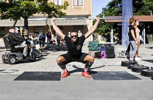 Daniel Lindblom från HMD fitness värmer upp.