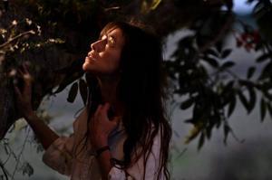 "Godkänt stilprov. Charlotte Gainsbourg i fransk-australiska ""Trädet"", en film om sorgearbetet efter den stora tragedin."