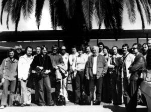 """SANDVIKEN I VÄRLDEN. Bandet samlat för gruppfoto under den första turnén i Kalifornien, 1975. Genom sina många turnéer har Big Band spritt ut namnet Sandviken till ställen som Istanbul, Kanada och Irland. """"Vi har betytt en hel för att göra namnet Sandviken känt. Att kommunen har satsat på oss och gett bandet bidrag är nog ett tecken på att de tycker att vi har varit en bra reklampelare."""
