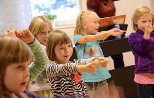 Glädje. Utgångspunkten är en saga som barnen på oliks sätt får gestalta, bland annat genom att röra sig med kroppen.