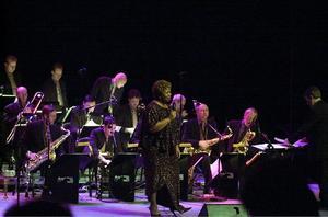 GÄST 2. Deborah Brown är en av sångerskorna som Sandviken Big Band har spelat mycket med. Bland annat berättar de att hon inte är så förtjust i att pulsa i snö med fina skor.
