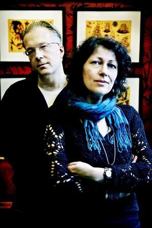 Björn Abelin och Elisabeth Åsbrink har jobbat i flera år med boken Bläck. Själva har de ännu inte skaffat några tatueringar. Foto: Mia Carlsson