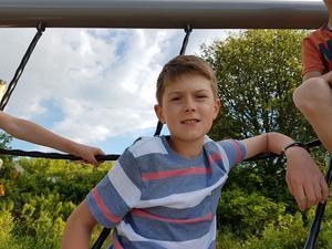 Roman kom till Sverige med knäleder svullna som klot. Han fick snabb lindring och även förebyggande behandling mot blödarsjukan.