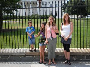 Båda  sistrar  Marie o Lena i  U S A  Utanför  Presidenten Obama  Huset 2010  07 03