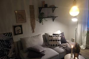 När Jenny Gamnins började jobba med den här lägenheten så var den helt tom. Möblerna, lamporna, tavlorna med mera kommer från Fastighetsbyråns