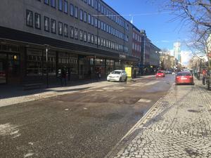 Vid 17-tiden lämnade personalen platsen för läckan sedan hålet i gatan fyllts igen. Strax därpå kunde trafiken börja rulla igen som vanligt.