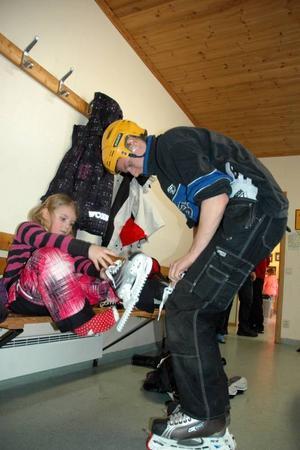 KNYTER. Det är många skridskor som ska knytas när de 25 barnen ska ut på isen.