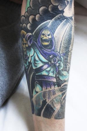 Skeletor. Tom har läst och sett på He-Man under hela sin uppväxt. På armarna har han låtit tatuera in He-Man, Skeletor och Battle Cat. På ena underarmen har han även låtit tatuera in några japanska tecken. Anledningen är mangaserien Silver Fang som Tom tittade mycket på när han var yngre.