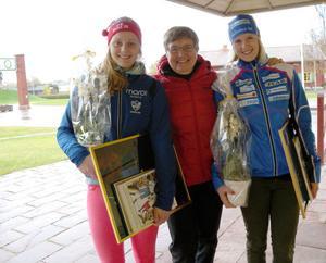Mora Nisses dotter, Marianne Karlsson-Eriksson omgiven av årets Mora Nisse stipendiater Stina Nilsson och Julia Jansson.