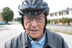– Vi hade bil när min fru levde. När hon dog sålde jag den och nu cyklar jag, säger Olle Östlund.
