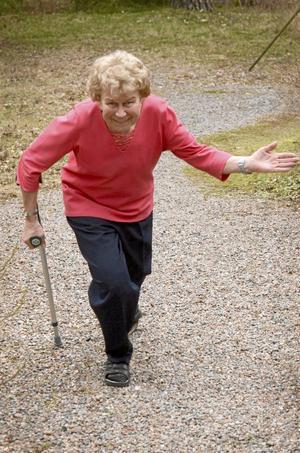 Uppmjukning. I vintras vurpade Lizzy med cykeln och måste därför göra små hovnigningar för att kunna räfsa i trädgården.