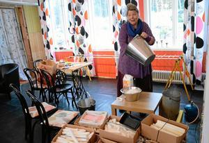 Gunilla Josefsson stöper ljus för första gången. I skaparverkstaden i stationshuset hos Bredsjö kulturkooperativ försöker man sprida tankar om omställning och återvinning. Att tillverka sina egna julklappar är ett sätt att ta tillvara resurser, såväl material som tid. Sker det tillsammans med andra är vinsten dessutom social gemenskap.