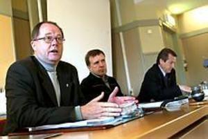 Foto: ANNAKARIN BJÖRNSTRÖM Beredda att sälja. Säljer man äldreboenden och en del av Gavlegårdarna klarar vi investeringarna, förklarade kommunalrådet, Mats Ågren, budgetchefen Anders Larsson och ekonomidirektören Ingemar Westin när de presenterade 2004 års budgetförslag.