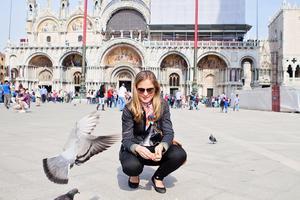 Att mata duvorna på Markusplatsen är något som staden hoppas att turisterna ska upphöra med.