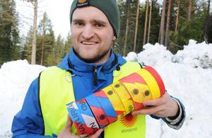 Jonas Svensson visar de märkrullar som vägleder avverkningspersonalen.
