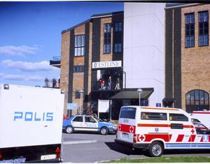 Sorgens centrum. Estlines terminalområde var under hela dagen belägrat av press, radio och tv-team från alla världens hörn. Men avspärrningarna var ordentligt tilltagna, till fromma för de anhöriga.