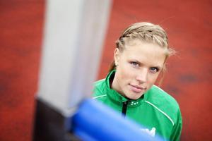 Erika Wiklund i hemmaklubben Trångsvikens färger. Nu hoppar hon i USA och har nått nya personliga inomhusrekordet 1,88.