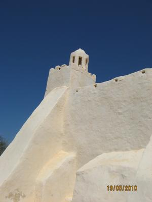 Fadloune mosque med Tunisiens evigt blå himmel som bakgrund.