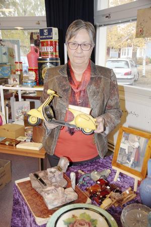 Birgitta Andersson sålde vitt skilda saker. Lägg märket till hennes skrivbordskit i något som liknar marmor.