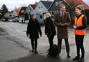 Miljöpartisterna Sara Pettersson, Lotta Öhlund och Per Bolund får information om vattenmassornas framfart av Niklas Hasselwander.