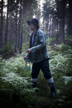 Smed-Pär guidar, mot sin vilja, besökarna runt i den farliga skogen.
