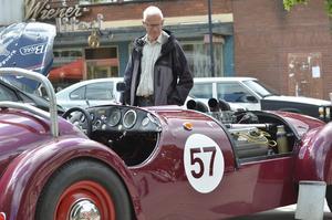 I Flugparken var det bilutställning, här Frank Högmans racerbil som Göran Lindqvist beundrar.
