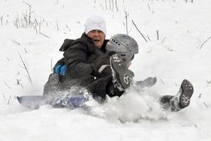 Eddie Norell, Camilla Löfling och Felix Westlin åker nedför så att snön yr.
