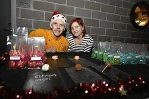 Godis. Tobias Johansson och Johanna Pettersson lockade besökarna vid Kalastorget med ett bord fyllt med egentillverkat godis.  BILD: MICHAEL LANDBERG