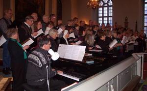 70-talet körsångare från hela länet deltog i körsångsdagen i Sveg på lördagen. Här under insjungning i kyrkan före konserten. Foto: leif Eriksson