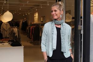 Annelie Ericsson fastnar för mintrgön jacka ocn sjal. Finns i Masaibutiken(Köpmangatan).