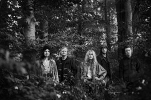 """Vånna Inget har tagit sitt namn från det gamla småländska uttrycket """"vånna ingentingen"""". – Det betyder """"bry sig inte"""", i bemärkelsen att man inte ska våndas över saker man inte kan kontrollera, säger bandets gitarrist Tommy Tift."""