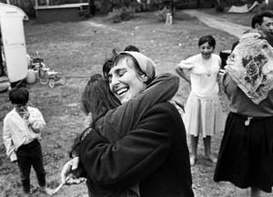 Katarina Taikon får en kram i lägret vid Flatenbadet i södra Stockholm efter att hon i sista stund lyckats rädda en grupp romer undan utvisning.