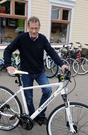 Cykelhandlaren Kurt Norell tror inte att det är så många som pendlar på cykel till jobbet i Vansbro, men det är ett stort intresse för att motionera med cykel.