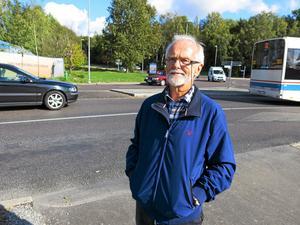 Säkrare förut. Holger Droege korsar Björnövägen vid den nya rondellen dagligen. Tidigare fanns ett övergångsställe här. Foto: Yngve Fredriksson