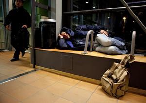 Hård bädd. När Kent Jansson intervjuades av VLT i höstas kunde han övernatta på stationen. Men det vanligaste är att hemlösa sover över på vänners och anhörigas soffor. De klassiska uteliggarna har däremot inte blivit fler, men nästan hälften av de hemlösa har i dag varken missbruk eller psykiska problem.Foto: Per G Norén/arkiv