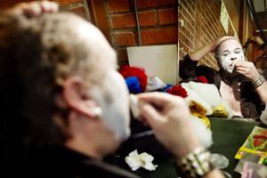 Sångaren Hans B Andersson – Clownen Pucko – gör sig iordning inför videoinspelningen av låtarna