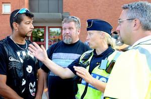 Pär Hed och Janne Sandström från Bright River Cruisers diskuterade på lördagskvällen de tillfälliga trafikreglerna med Helen Pajari, yttre befäl hos polisen och Lars Hammar kommunens trafikingenjör.