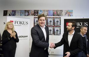 Gunnar Strömmer gratuleras av Fokus chefredaktör Martin Ahlquist.