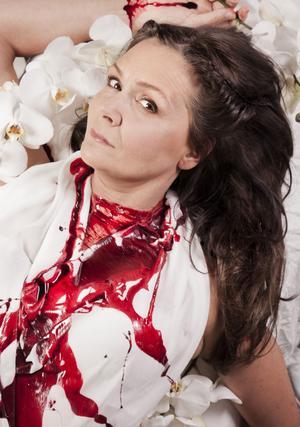 Pers Anna Larsson gör titelrollen och regisserar när Lucretias våldtäkt sätts upp i Vattnäs i sommar. Här sminkad efter självmordsscenen.Foto: Anna Sofia Thorbjörnsson
