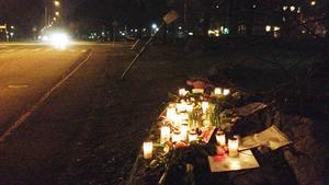 Tiotals blombuketter, ljus, brev och minnesgåvor prydde under måndagskvällen stenen mot vilken bilistens vansinnesfärd, som slutade med 19-åringens död, tog slut.