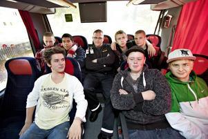 Tar plats i mitten. Sedan några dagar tillbaka bemannas skolbussen mellan Solängsskolan och Hedesunda med väktare. Onsdagens väktare ställer gärna upp på bild, men vill inte ha sitt namn i tidningen.