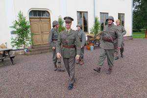 Käcka gossar äro vi. Andreas Modig spelar kapten Anders Kamp.
