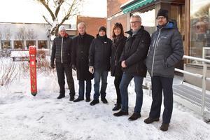 Lars Nises, Mats Fogelström, Niclas Larsson, Birgitta Bogren, Mats Bengtsson och Janko Koen bredvid laddstolpen.