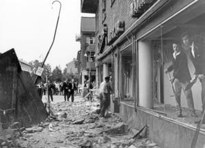 I juni och juli 1960 inträffade två sprängningsolyckor på Fredsgatan, vid anläggningen av det nya EPA-varuhuset. På bilden skyfflas sten och glas ur skyltfönstret på Axel Ericsons manufaktur, som skadades i den andra sprängningen.