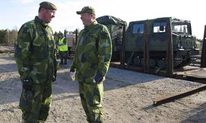 Det var länge sedan hemvärnet åkte tåg så kompanichef Mats Eriksson och Mats Falkeman, från Herrö, diskuterar hur lastbilar och bandvagnar ska förtöjas på godsvagnarna.