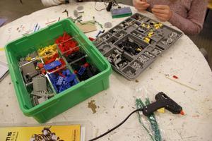 Med tekniklego som byggmaterial utmanar eleverna fantasin.