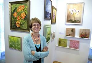 Elisabeth Nygren framför sina tavlor.