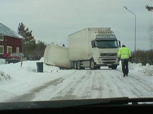 Lastbilen stod tvärs över vägen, strax norr om Edsele, sedan släpet tippat ner i diket.