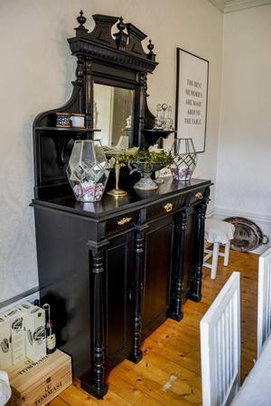 Skåpet som från början var blått är nu målat svart och står i matsalen.