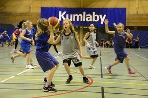 Flera matcher samtidigt. Basket spelades på tre planer samtidigt i idrottshallen i Kumlaby skola i söndags.